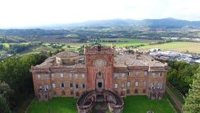 Geschotene antenne, schitterend Italiaans sammezzanokasteel, middeleeuwse architectuur stock video