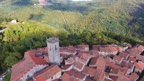 Geschotene antenne, schitterend klassiek klein Italiaans dorp op de heuvelluchtparade, in midden van de groene aard stock footage