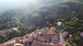 Geschotene antenne, schitterend klassiek klein Italiaans dorp op de heuvelluchtparade, in midden van de groene aard stock video
