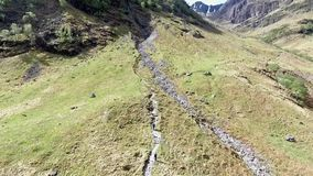Geschotene de antenne van Glen Coe Highlands Schotland wandeling en panorama mening stock footage