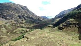 Geschotene de antenne van Glen Coe Highlands Schotland wandeling en panorama mening stock video