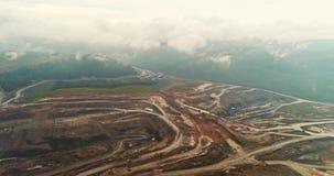 Geschotene panorama luchtmening, open kuilmijn, mijnbouw, kipwagens, uithakkend mijnbouw, die van het werk ontdoen Mening van stock footage
