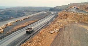 Geschotene panorama luchtmening, open kuilmijn, mijnbouw, kipwagens, uithakkend mijnbouw, die van het werk ontdoen Mening van stock video