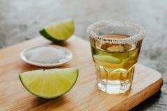 Geschotene Tequila, Mexicaanse Alcoholische sterke dranken en stukken van kalk met zout in Mexico stock foto