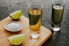 Geschotene Tequila, Mexicaanse Alcoholische sterke dranken en stukken van kalk met zout in Mexico royalty-vrije stock fotografie