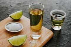 Geschotene Tequila, Mexicaanse Alcoholische sterke dranken en stukken van kalk met zout in Mexico stock afbeelding