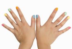 Geschrägte Finger mit farbigem Nagellack Lizenzfreie Stockfotos