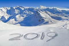 2019 geschreven in de sneeuw, berglandschap royalty-vrije stock foto