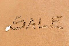 Geschreven die verkoop op het zand wordt getrokken Stock Foto's