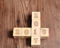 2016 2017 geschreven met houten blokken Stock Afbeeldingen