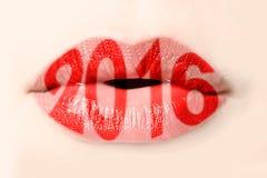 2016 geschreven met rode lippenstift op lippen Royalty-vrije Stock Foto's