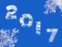 2017 geschreven met wolken, blauwe hemel en sneeuwboom Stock Foto's