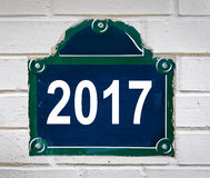 2017 geschreven op een de straatplaat van Parijs Stock Afbeeldingen