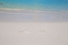 2016 geschreven op tropisch strand wit zand met Royalty-vrije Stock Afbeelding
