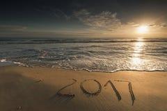 2017 geschreven op zandig strand Stock Afbeelding