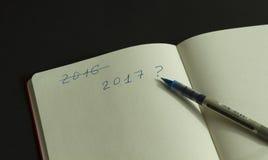 Geschreven organisator en pen op het met 2017 Stock Foto