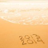 Geschreven in zand op strandtextuur, zachte golf van het overzees Royalty-vrije Stock Foto's