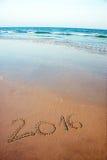 2016 geschreven in zand op tropisch strand Stock Foto's
