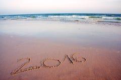 2016 geschreven in zand op tropisch strand, in zonsondergang Stock Foto