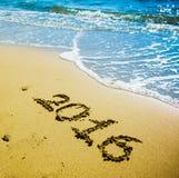 2016 geschrieben auf den Sand Stockbilder