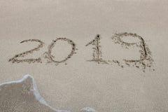 2019 geschrieben auf den Sand eines Strandes, Nahaufnahme Stockbild