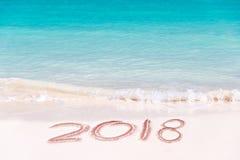 2018 geschrieben auf den Sand eines Strandes, reisen 2018 neues Jahr Lizenzfreie Stockbilder
