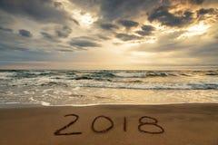 2018 geschrieben auf den Sand eines Strandes, reisen neues Jahr 2018 concep Lizenzfreies Stockfoto