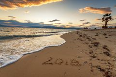 2018 geschrieben auf den Sand eines Strandes, reisen neues Jahr 2018 concep Lizenzfreie Stockfotos