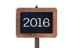 2016 geschrieben auf ein hölzernes Beitragszeichen der Weinlese lokalisiert auf Weiß Stockbilder