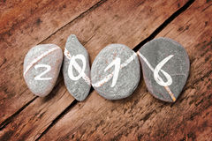 2016 geschrieben auf eine Linie von Steinen auf einem Holz Stockfotos