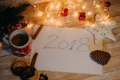 2018 geschrieben auf Papier Draufsicht von Weihnachten- und neues Jahr decorat Lizenzfreies Stockbild
