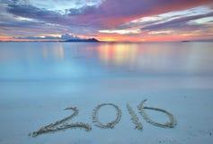 2016 geschrieben auf sandigen Strand während des Sonnenuntergangs Lizenzfreies Stockbild