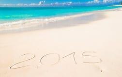 2015 geschrieben auf tropischen Strandweißsand Lizenzfreie Stockfotos