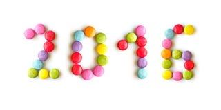 2016 geschrieben mit bunten Süßigkeiten auf Weiß Stockbild