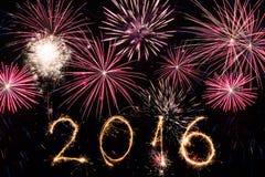 2016 geschrieben mit Feuerwerken als Hintergrund Lizenzfreie Stockfotos