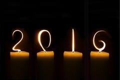 2016 geschrieben mit Kerzenflammen auf Schwarzes Lizenzfreies Stockfoto