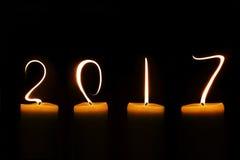 2017 geschrieben mit Kerzenflammen auf Schwarzes Lizenzfreies Stockfoto