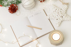 2016 geschrieben in Notizblock mit einem Dekor des Bleistifts, der Kerze und des neuen Jahres Stockbild
