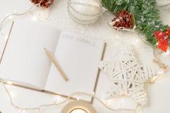 2016 geschrieben in Notizblock mit einem Dekor des Bleistifts, der Kerze und des neuen Jahres Stockfotografie