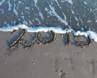 Geschriebenes 2015-jähriges im Sand des Meeres Stockfotos