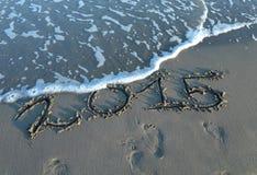 Geschriebenes 2015-jähriges im Sand des Meeres Stockfoto