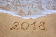 Geschriebenes und karibisches Meer der neues Jahr-Aufschrift 2018 Lizenzfreie Stockbilder