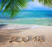 Geschriebenes und karibisches Meer der neues Jahr-Aufschrift 2018 mit grüner Palme Lizenzfreie Stockfotografie