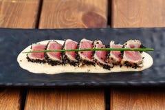 Geschroeide Ahi Tuna Steaks stock foto's