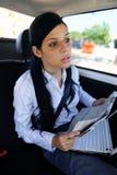 Geschsaftsreise: Geschäftsfrau in der Limousine Stockbild