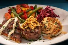 Geschwärzte Fische, Verkleidungmignon-Steak, Befestigungsklammer-Kuchen und Lizenzfreies Stockbild