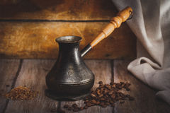 Geschweißter Kaffee im cezve auf einer Holzoberfläche Lizenzfreie Stockfotos