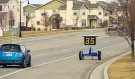 Geschwindigkeits-Zonen-Anhänger, der Geschwindigkeit mit Fahrzeug zeigt Stockfotos