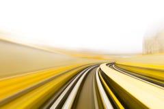 Geschwindigkeitsbewegung im städtischen Landstraßenstraßentunnel Lizenzfreie Stockfotografie