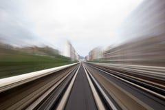 Geschwindigkeitsbewegung im städtischen Landstraßenstraßentunnel Stockfoto